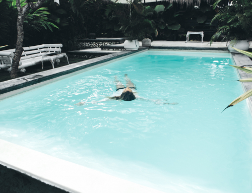 วัสดุปูพื้นรอบสระว่ายน้ำ จะเลือกแบบไหน? ให้ได้บรรยากาศผ่อนคลายสุดๆ